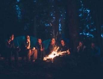 Les travailleurs qui dorment dans un camping